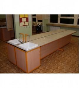 Lab.stôl žiak - umývací, obojstranný, bez drezu a betérie (57x140x90cm), postforming